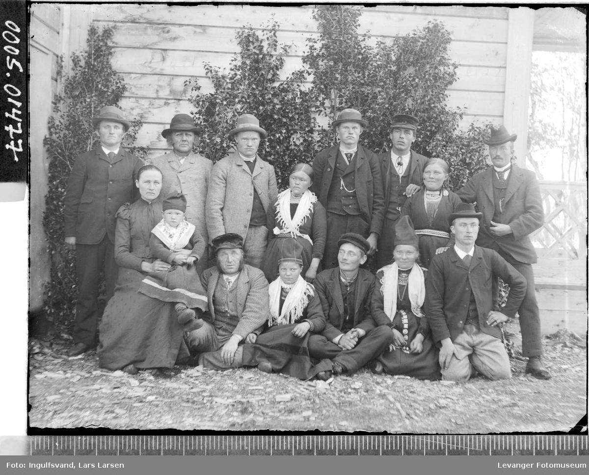 Grupppebilde av ni menn, tre kvinner og tre barn.
