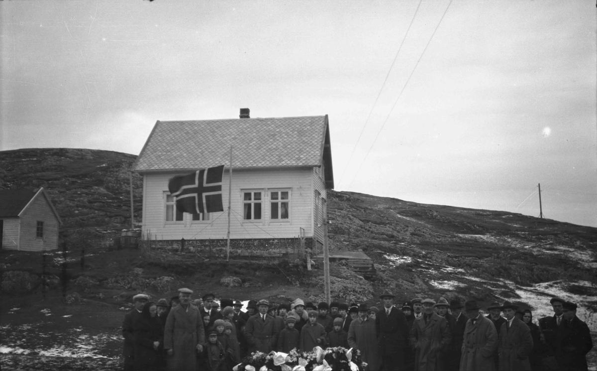 Gravferd i Bulandet. Kiste og følge foran huset til Knut Gjørø.