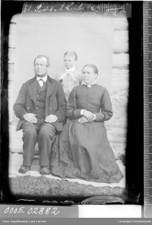 Gruppebilde av kvinne, mann og en jente.
