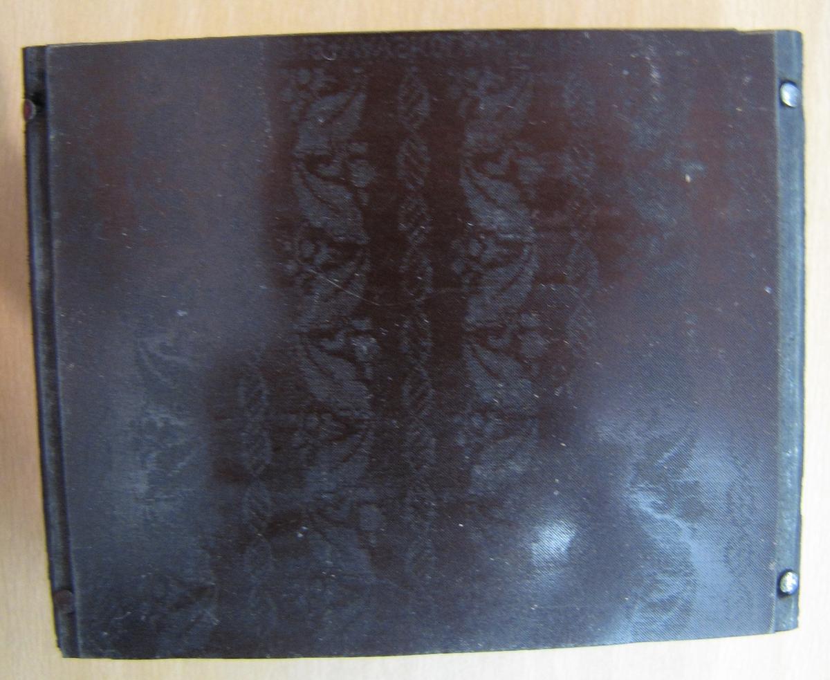 Klicheer från Paris 1925-26, ''hjortmattan'',  damast ''eklövsranka'',  damast ''session''.  Ext. Från Kungsgatan 70 , Int. Från Vävskolan.