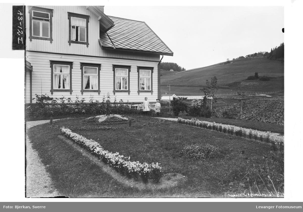 Inngangspartiet og prydhagen ved Hylla Havebrugsskole.
