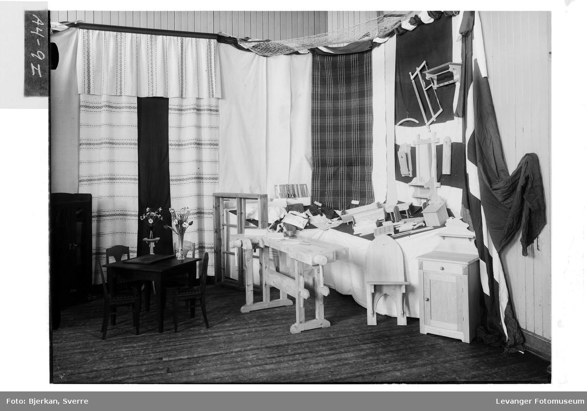 Utstilling av vev-og tekstilarbeider på Røstad skole,