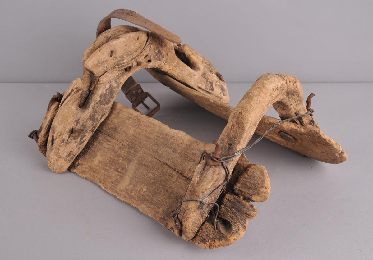 Kløvsal av tre, sader reparert med ståltråd og naglar av jern.