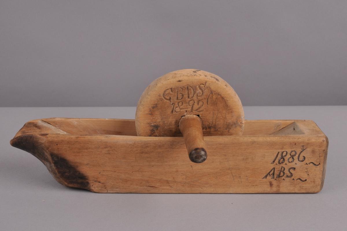 Kaffemortar som sett saman av tre delar: botn, hjul og handtak.