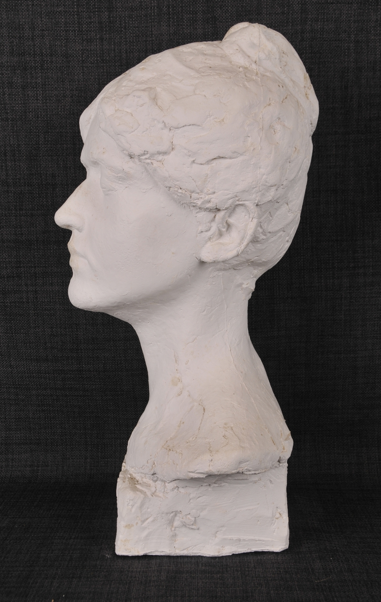 Byste av ei kvinne med oppsatt hår, grevinne Ingeborg Rosenørn.