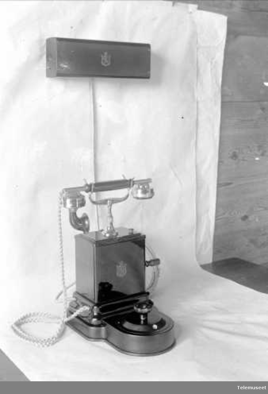 Telefonapparat, magneto lokal bordtelefon, i stål mtlf. liggende, klokke 2000 ohm. Linjevelger for 10-30 d.lj. 23.6.1922. Elektrisk Bureau.
