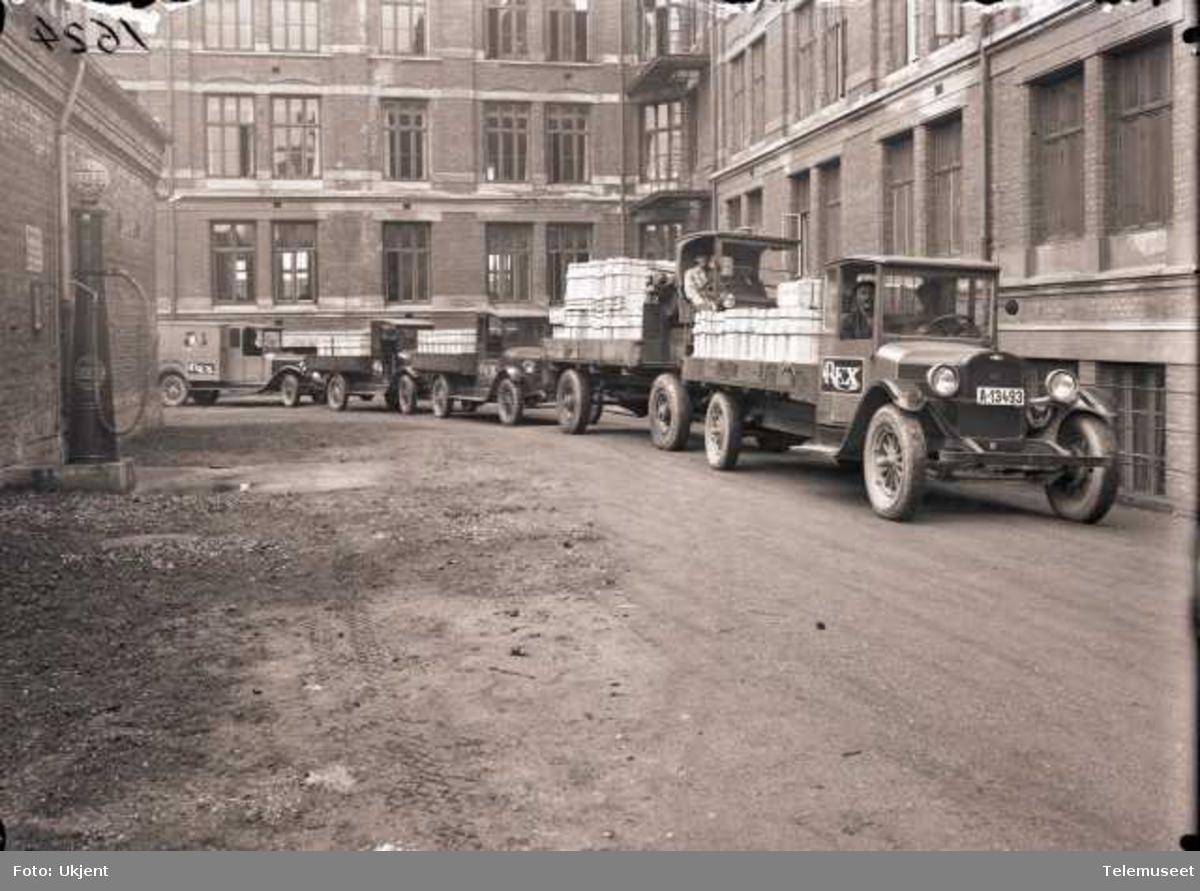 Fra gårdsplassen i Middelthuns gate 17, Majorstua, EB-biler med 1000 Rex strykejern.