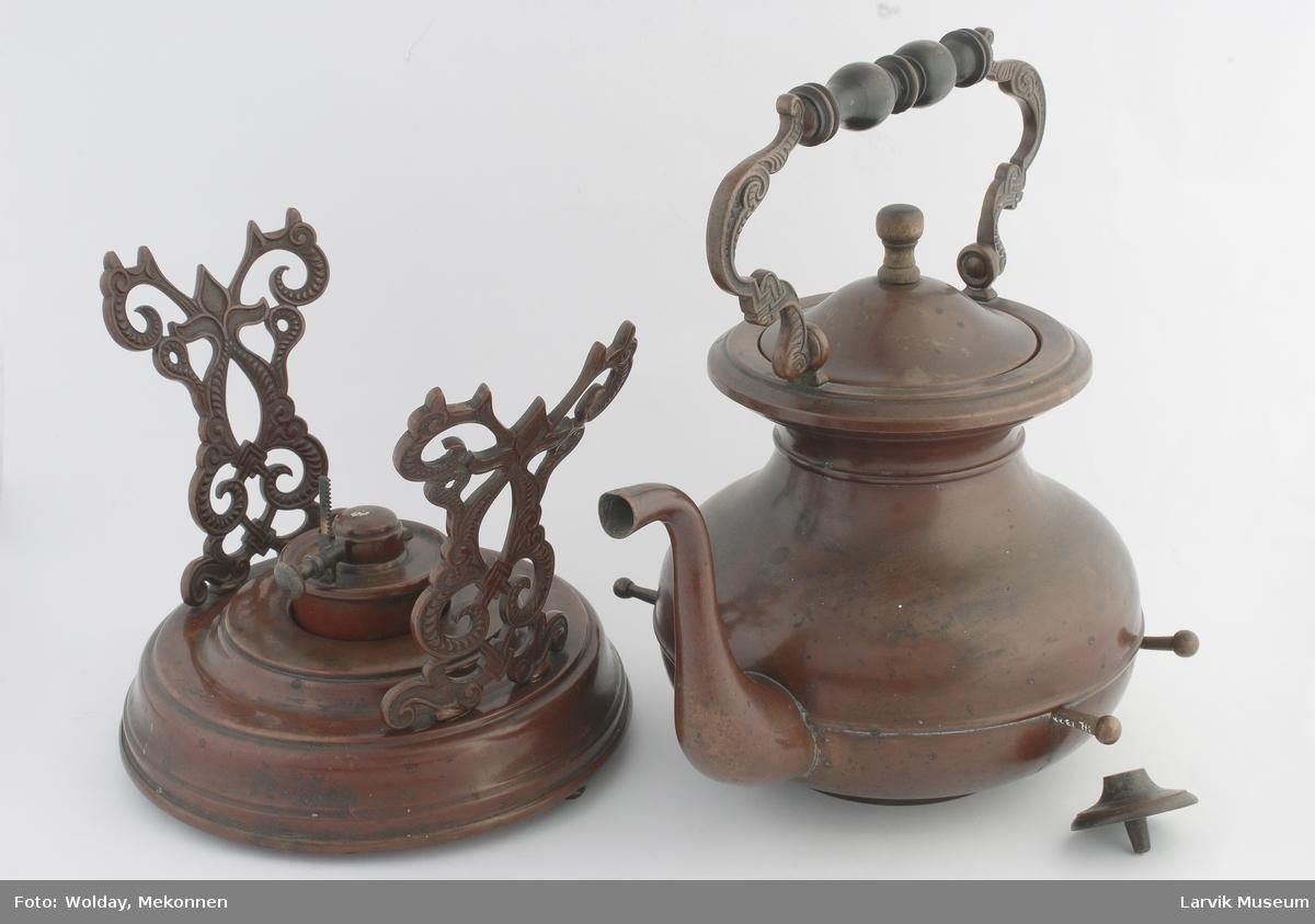 Form: ornamentert hank m/dreiet trehåndtak, stativet