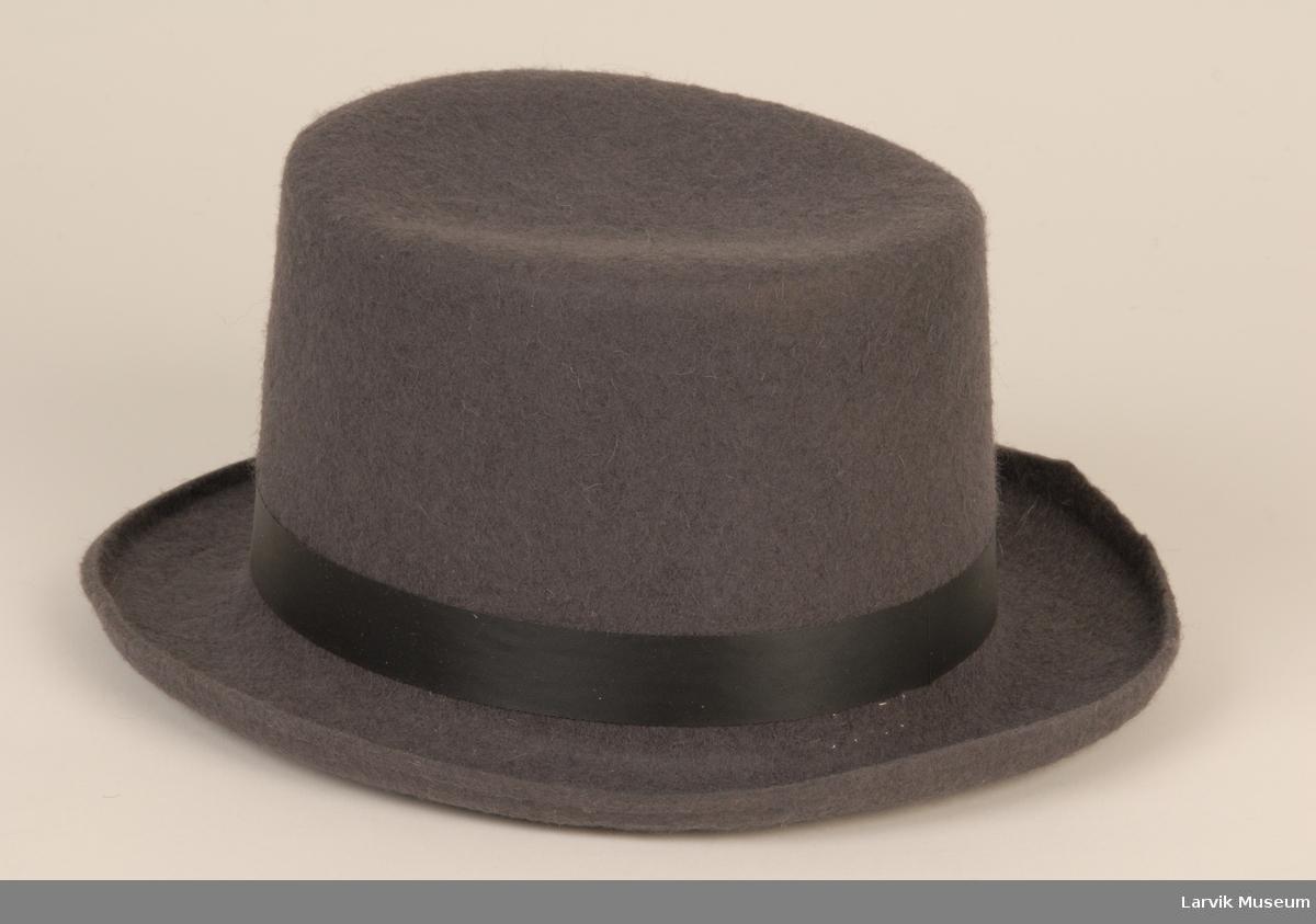 Form: grå filt, sort silkebånd 2,2cm br, svakt oppoverbøyd brem