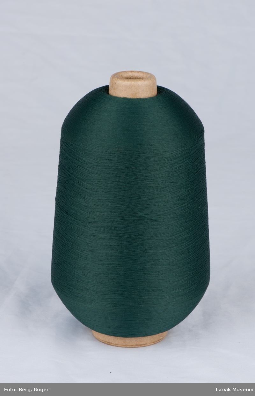 Trådsnelle med pappspole og plast emballasje