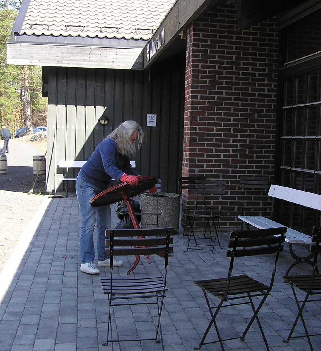 Berg - Kragerø museumsvenner ordner utenfor museet. 24.04.2010