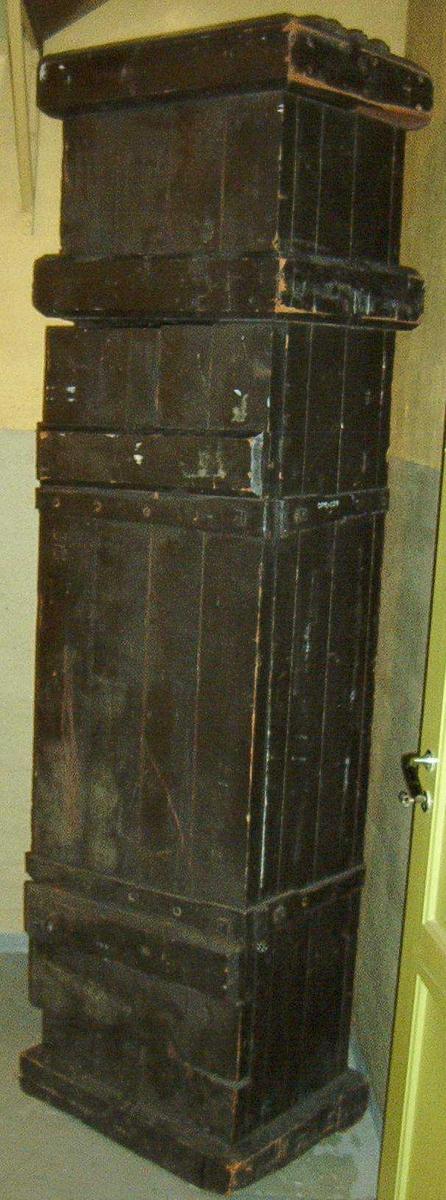 Straffeskapet er et smalt og laget av kraftige treplanker. Sortmalt. Skapet har håndsmidde hengsler og kroker. Hengslene går over hele bredden og hele dybden av kassen. Døren har to jernkroker. Skapet er åpent i toppen, med tregitter.