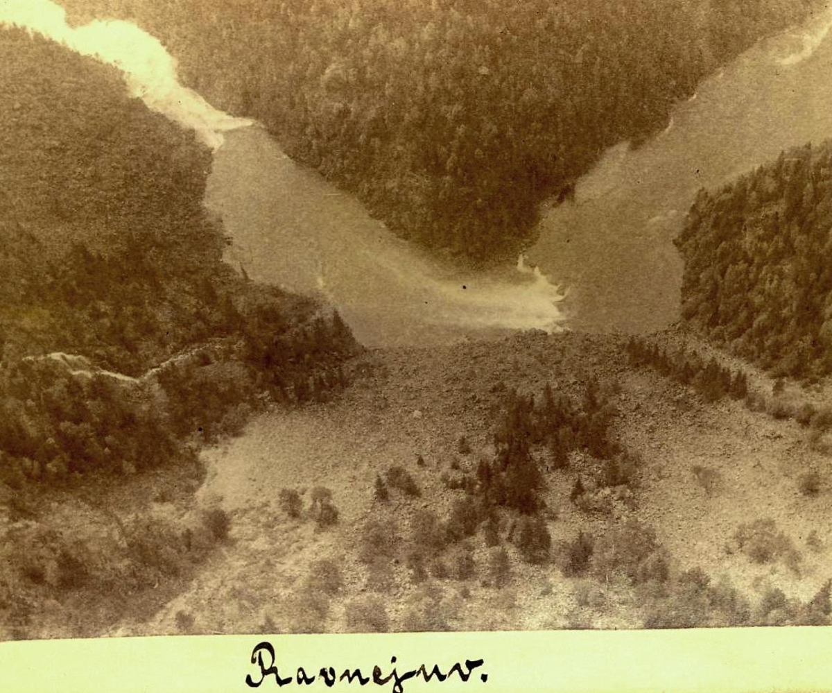 Utsikt ned i juv m/elv i bunnen