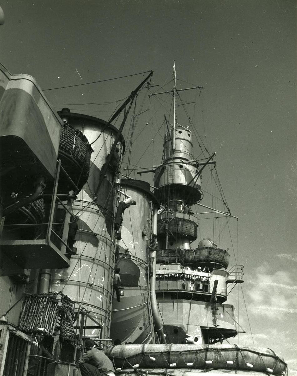 Foto från H.M.S. Sverige visande skorstenar bryggan samt centralsiktet.