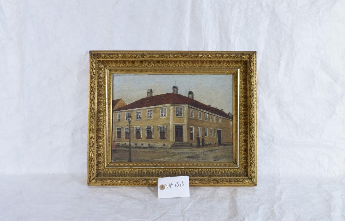 Gatehjørne ved en toetasjes, gul trebygning. Bygningen er Generalkonsul Kirseboms hus på hjørnet ved Østre Strandgate og Festningsgaten, Kristiansand, før brannen i 1892.
