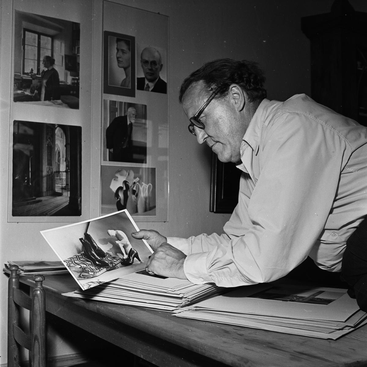Hovfotograf Gunnar Sundgren, sannolikt i sin ateljé, Östra Ågatan 29, Uppsala, 1955