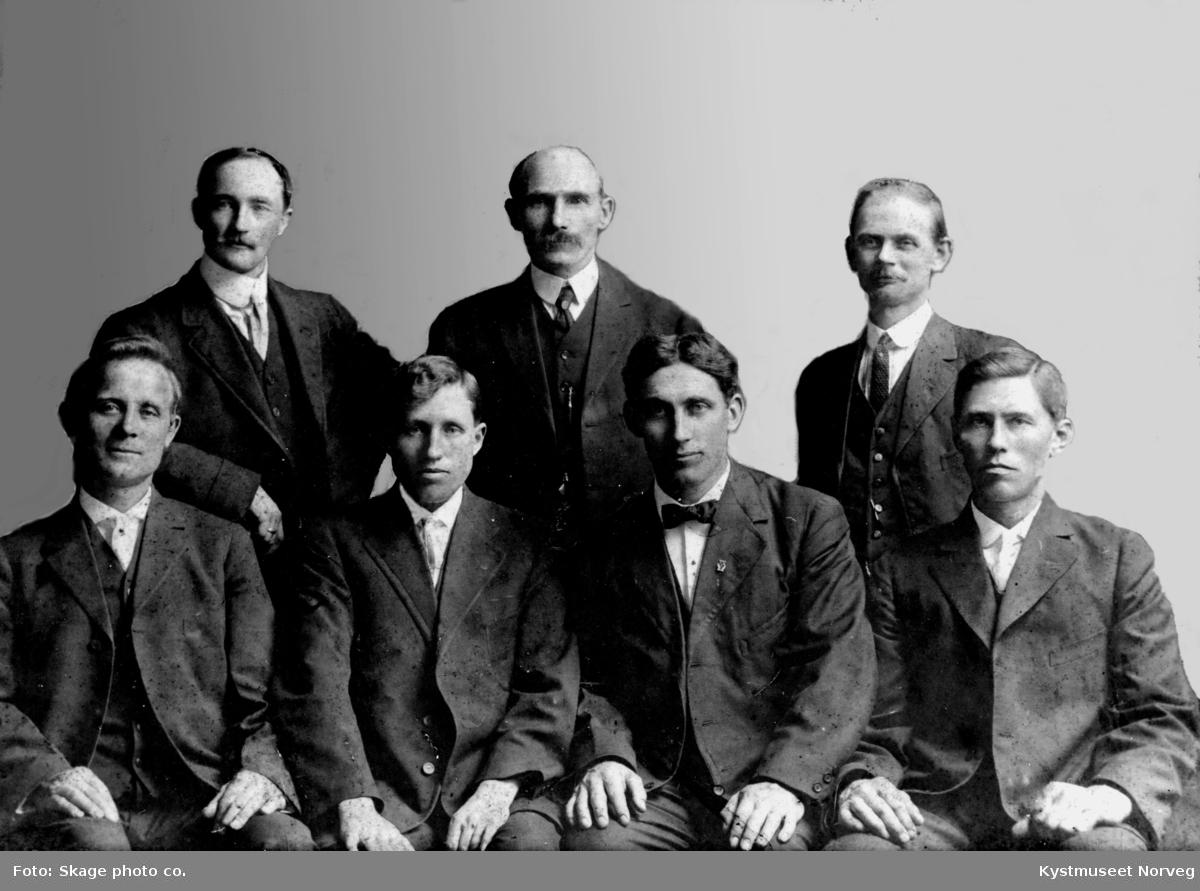 Bak fra venstre: Paul Woxeng, Kasper Kornelius ?, Bernt Julius Benjaminsen Berg. Foran fra venstre: Arnold Jacobsen Horseng, ukjent, Edvard Johansen Hunnestad og ukjent. Viknas Minnegavekomitè