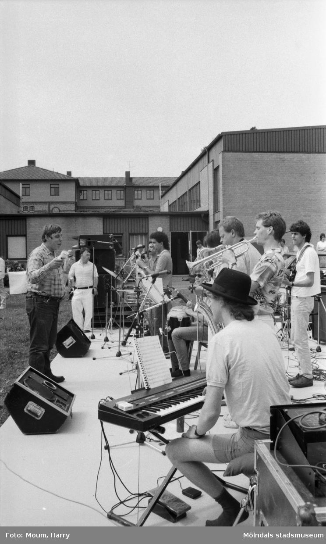 Marknad och musikuppträdande på Stretered i Kållered, år 1984. Fotografi taget av Harry Moum, HUM, Mölndals-Posten.