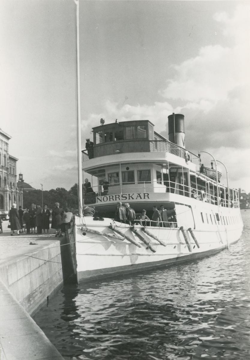 Passagerarångfartyget Norrskär av Vaxholm liggande vid Nybrokajen omkring 1955.