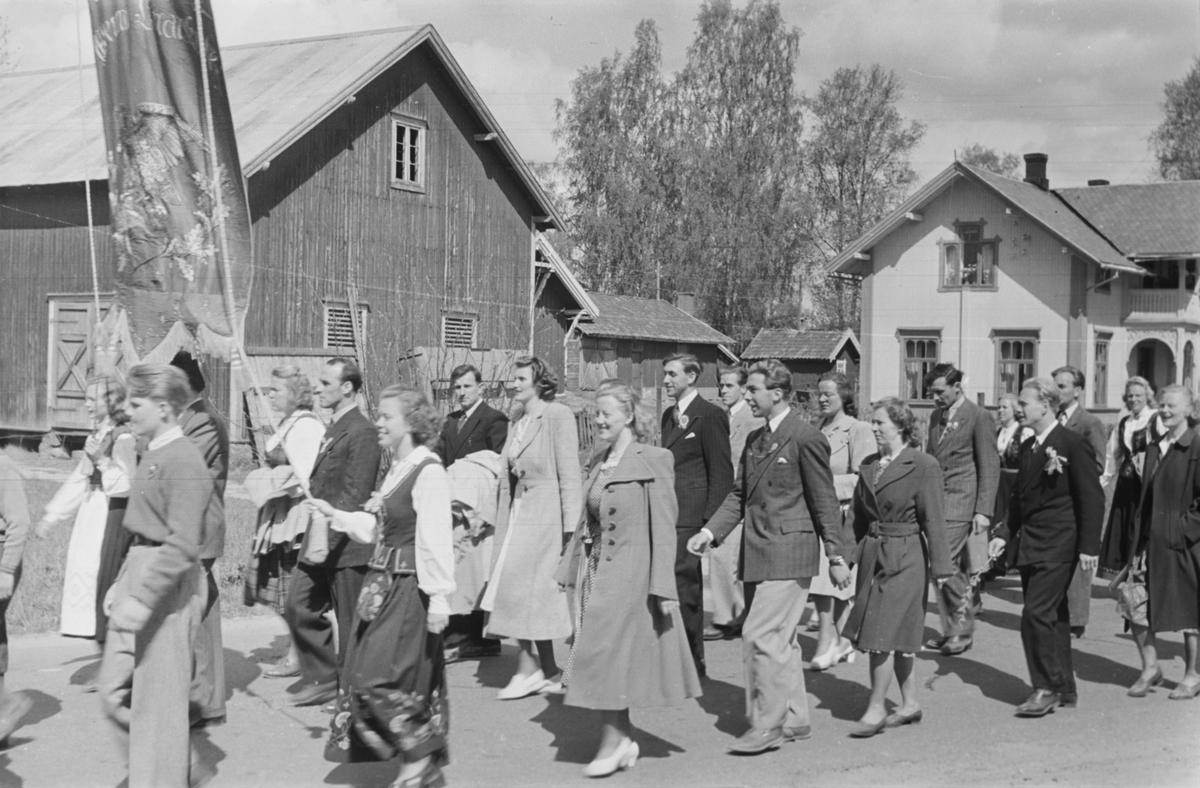 17. mai. Elverum.  1950.  Folketog, Trysilvegen.