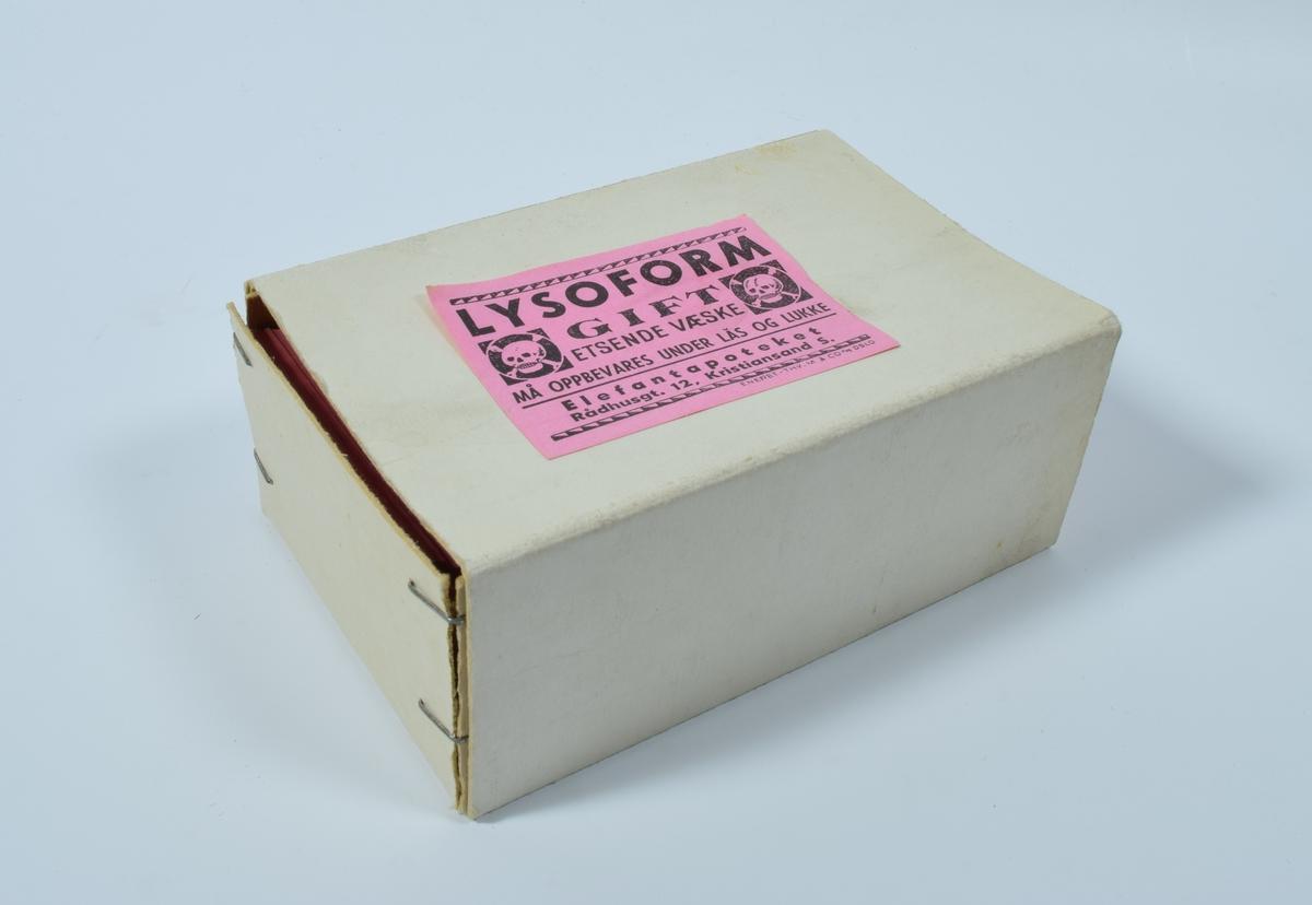 """11 esker i papp med etiketter for diverse giftige eller farlige produkter. Eskene består av to separate deler, hvor den ene ligger inne i den andre og kan skyves ut. De innerste eskene er stiftet sammen i hjørnene. Alle etikettene er rektangulære og rosa med sort skrift og er merket med en eller to hodeskaller. Et eksemplar av etikettene er limt på en av kortsidene på hver eske.  Eske a er i hvit papp med etiketter som advarer mot giftig innhold. Øverst til høyre på etikettene er det en hodeskalle innenfor en sort sirkel som igjen står innenfor en sort firkant. Nederst er det en enkel, horisontal linje, under hvilken adressen til Elefantapoteket står. Etiketten på kortsiden er delvis løs og har vært teipet fast tidligere. På den andre kortsiden er det klistret på en rektangulær, rosa etikett med sort skrift og sort, enkel bord med en formaning om at etikettene må oppbevares på et tørst sted.  Eske b er i grå papp og inneholder etiketter for """"Hydrogenperoksydoppløsning 10%"""".  Etikettene har en bord i form av en enkel linje. Til venstre på etiketten er en hodeskalle innenfor en sort sirkel som igjen står innenfor en sort firkant. Nederst på etiketten, under borden, står adressen til Elefantapoteket.   Eske c er i grå papp og inneholder etiketter for """"Hydrogenperoksydoppløsning 6%"""". Etikettene er ellers lik etikettene i eske b.  Eske d er i hvit papp med etiketter for """"Lysoform"""". Øverst og nederst på etikettene er det en tykk stripe med hvite og sorte """"tagger"""". Over den nederste av disse taggede stripene og under en enkel sort stripe, står adressen til Elefantapoteket. På både høyre og venstre side av etikettene er det en hodeskalle innenfor en sort sirkel som igjen er innenfor en sort firkant.  Eske e er i lysebrun papp og inneholder etiketter for """"Kreosolsepeopløsning"""".  Etikettene er ellers lik etikettene i eske d. På den ene kortsiden av esken er det klistret på en rektangulær, rosa etikett med sort skrift og sort, enkel bord med en formaning om at etikettene må op"""