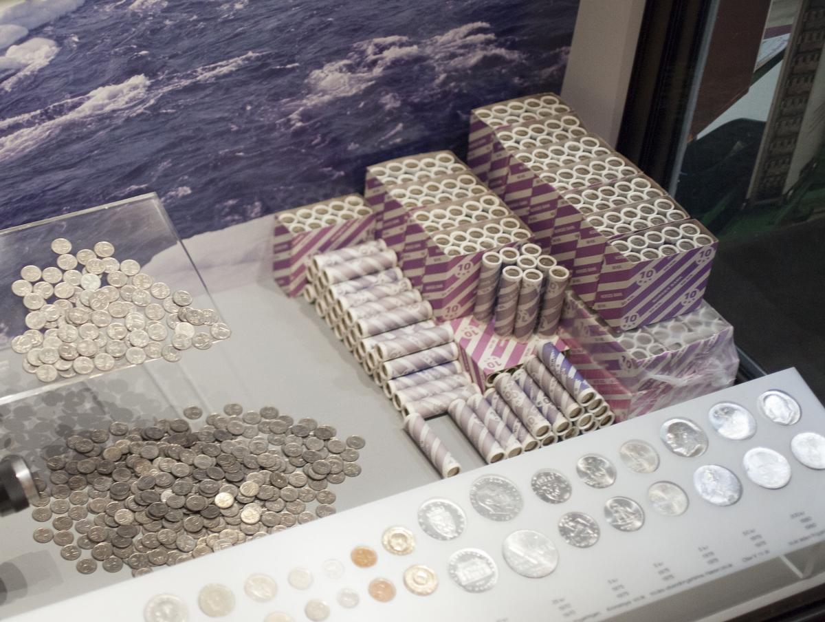 Ca. 15000 tiøringer. De ligger både løse, i myntruller og i esker med myntruller som utstillingselement i myntverksutstillingen.