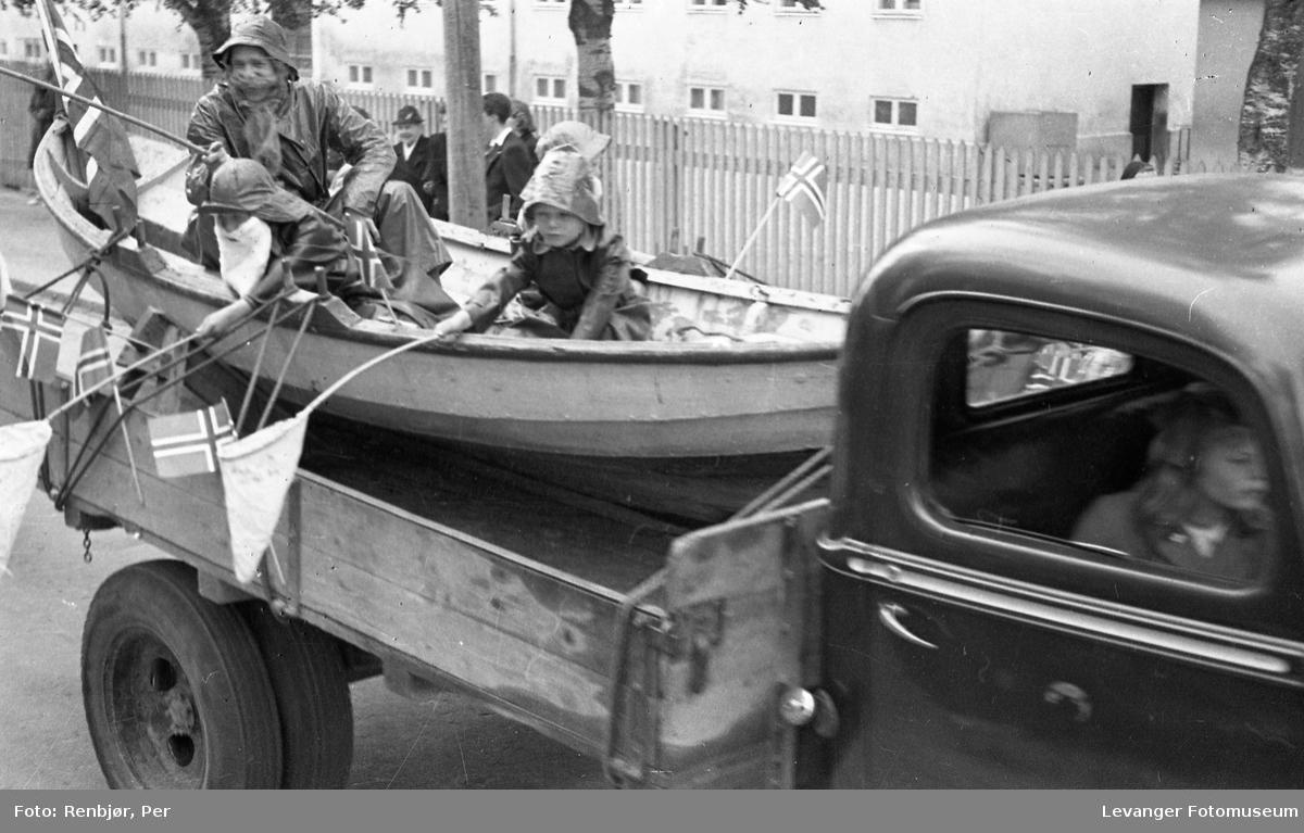 Barnas dag, Levanger,  gutter utkledde som fiskere i en båt på en lastebil.