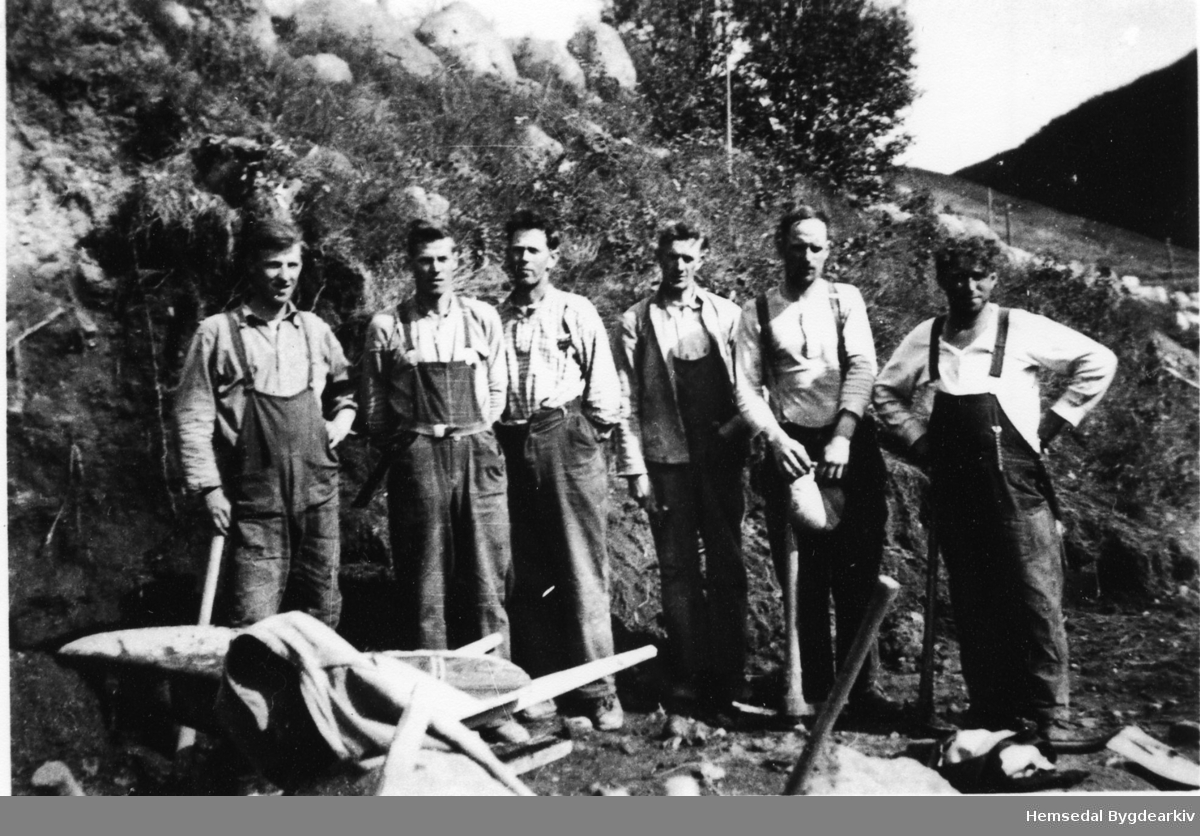 """Lio, vest for Skøytebrua, i Hemsedal i 1938. Arbeidarar frå den såkalla """"Ungdomshjelpa"""" som vart sett til ekstraordinære veganlegg for å sysselsetja ungdom i dei harde 1930-åra."""