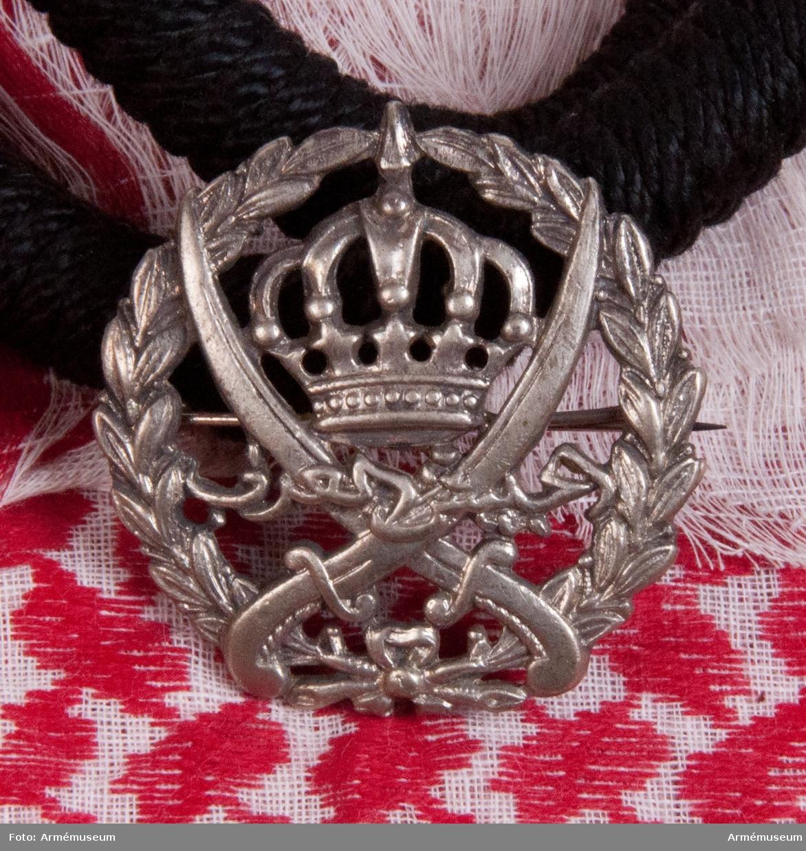 """Grupp C I. Turban, Arablegionen. Battle dress. Ur """"Battle dress"""" för Arablegionen. TURBAN (tyg för huvudbonad) 1360 mm lång och 1200 mm bred av vitt bomullstyg med röda ränder och mönster, runt omkring tyget finns vita fransar (på ena sidan tio cm och på den andra tre cm breda). På tyget finns stämpel """"A.L"""" - arablegion och """"E.F."""" -  på arabiska språket."""