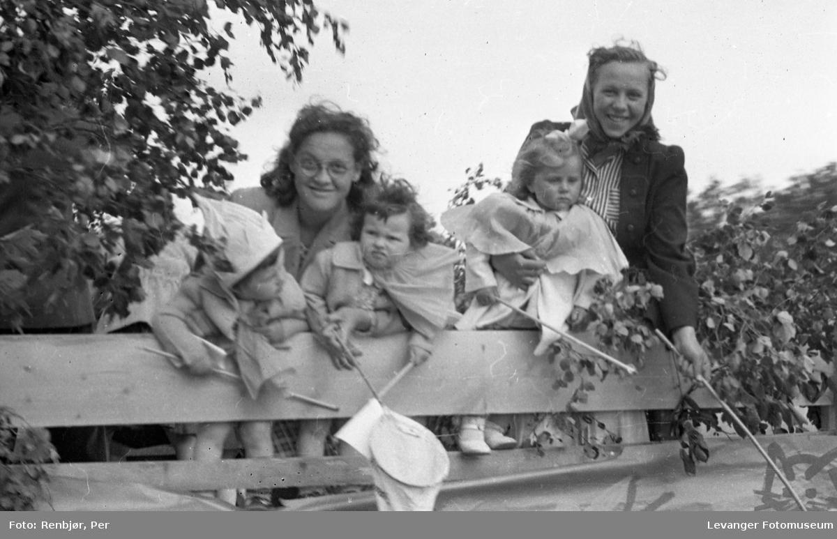 Barnas dag, Levanger, utkledde barn på en lastebil.