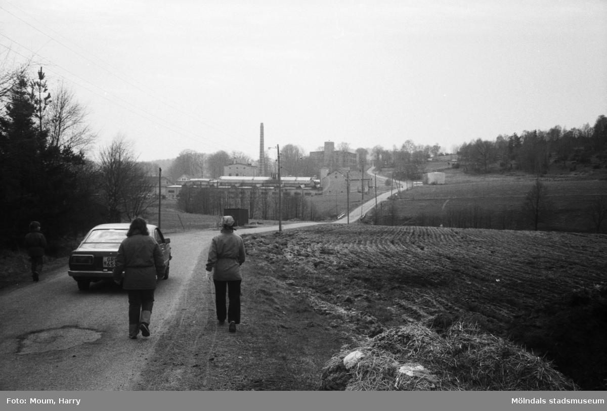 Lindome Hembygdsgille anordnar sockenvandring i Lindome, år 1983. Promenad längs Gödebergsvägen mot August Werners fabriker.  För mer information om bilden se under tilläggsinformation.