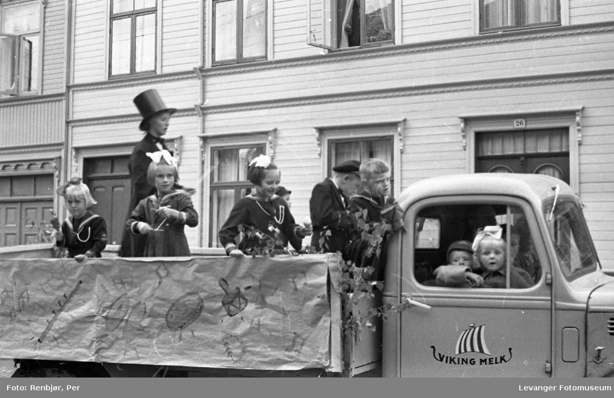 Barnas dag, Levanger, barn i matrosklær på en lastebil tilhørende Viking melk.