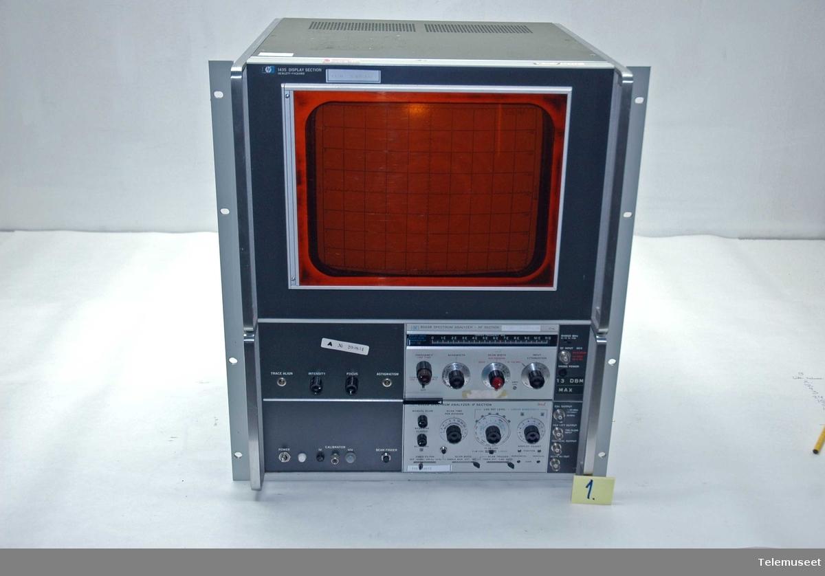Spektrumanalysatoren består av 3 deler: 1. 143S Display section (skjermstasjon) 2. 8553 B Radiofrekvensdelen 3. 8552 B mellomfrekvendelen