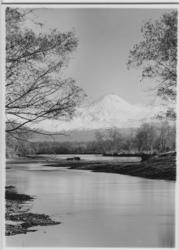 'Vulkanen Avatchinskaja i bakgrunden. :: I förgrunden flod o