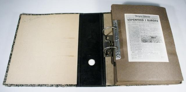 Fotoalbum med bilder og avisklipp fra frigjøringen i Bergen. ca 57 ark med bilder (begge sider)