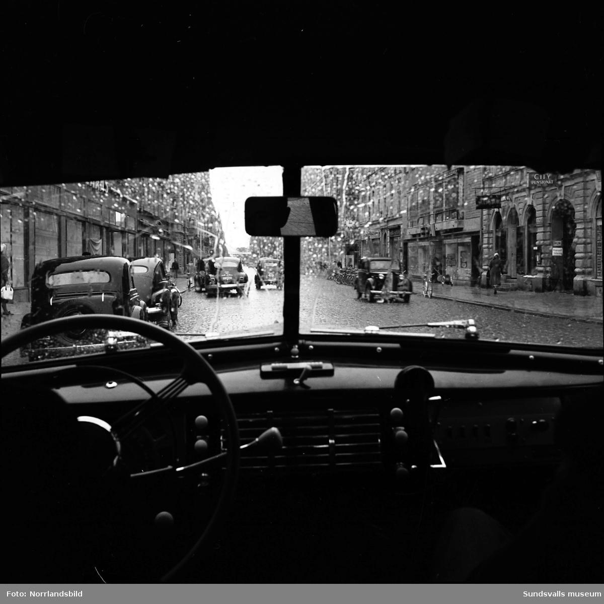 Fyra bilder från olika partier av Storgatan 1950. Bilderna illustrerar en del av de problem som är en följd av det ökande antalet bilar och cyklar i staden.