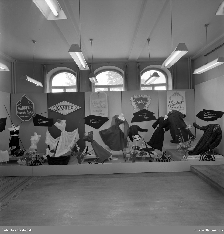 Béves damkonfektion - monter på Sundsvallsmässan 1954.