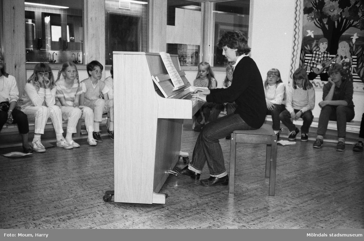 """Vårkonsert på Ekenskolan i Kållered, år 1983. """"Christina Stenbom spelade Peterson-Berger på piano.""""  För mer information om bilden se under tilläggsinformation."""