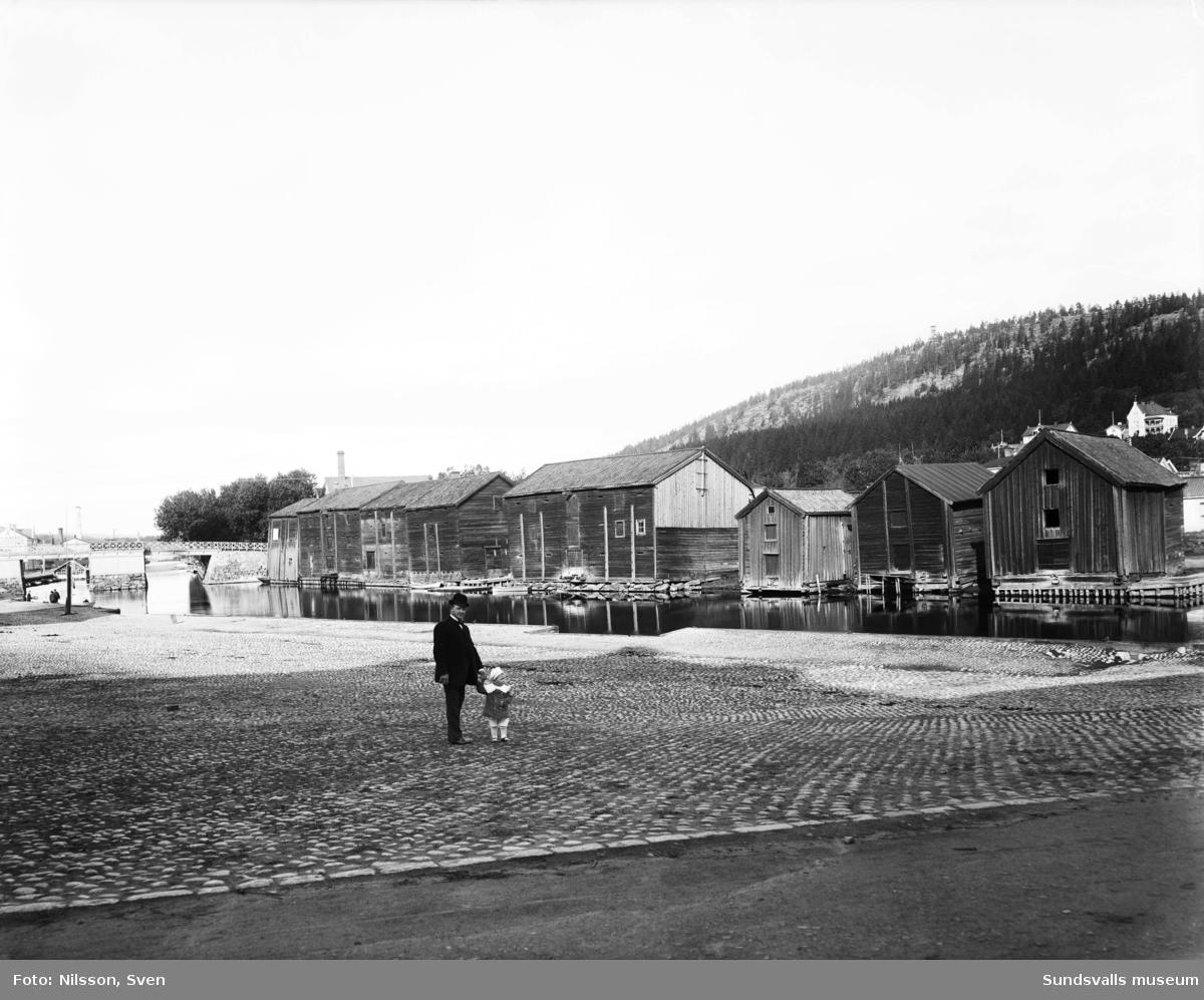 Trämagasinen vid Selångersån. Storbron i bakgrunden.