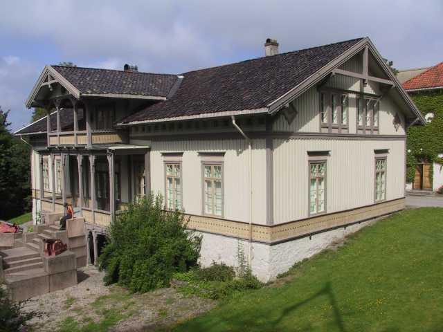 Langsæ gård. Våningshus i sveitserstil oppført 1857. Eksteriør fra V.