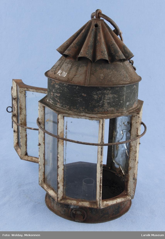 Form: sylinderformet,bølgerform.toppstykke med ring for oppheng. 8 glassruter hvorav to utgjør dør.