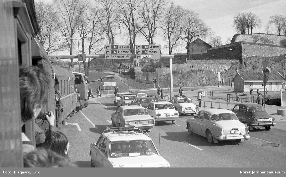 Utfluktstog for Norsk Jernbaneklubb på Rådhusplassen - med skiftetraktor Skd 221 148