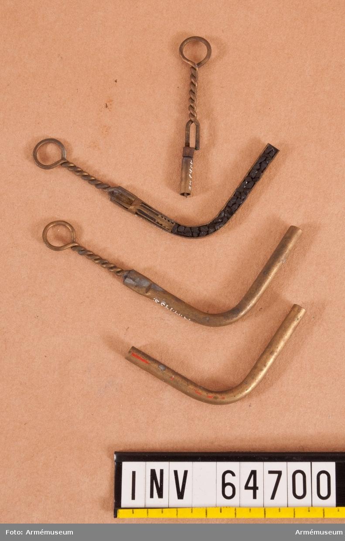 Grupp F II. Fyrrör i fyra delar i olika tillverkningsfaser. Ryskt fyrrör, av den i Sverige år 1876-82 använda modellen.
