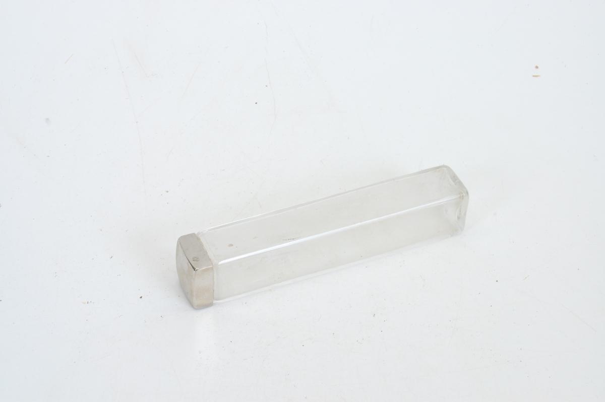 Form: rektangulær veske/koffert (smykkeskrinfasong) med mange små flasker og skrin samt en kles-/skobørste