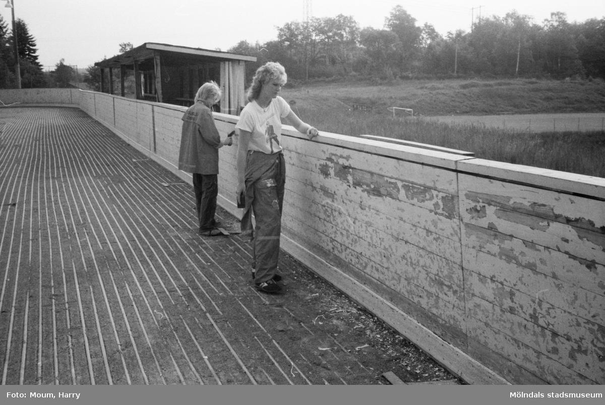 Feriearbete för ungdomar i Kållered, år 1983. Upprustning av Kållereds isbana.  För mer information om bilden se under tilläggsinformation.