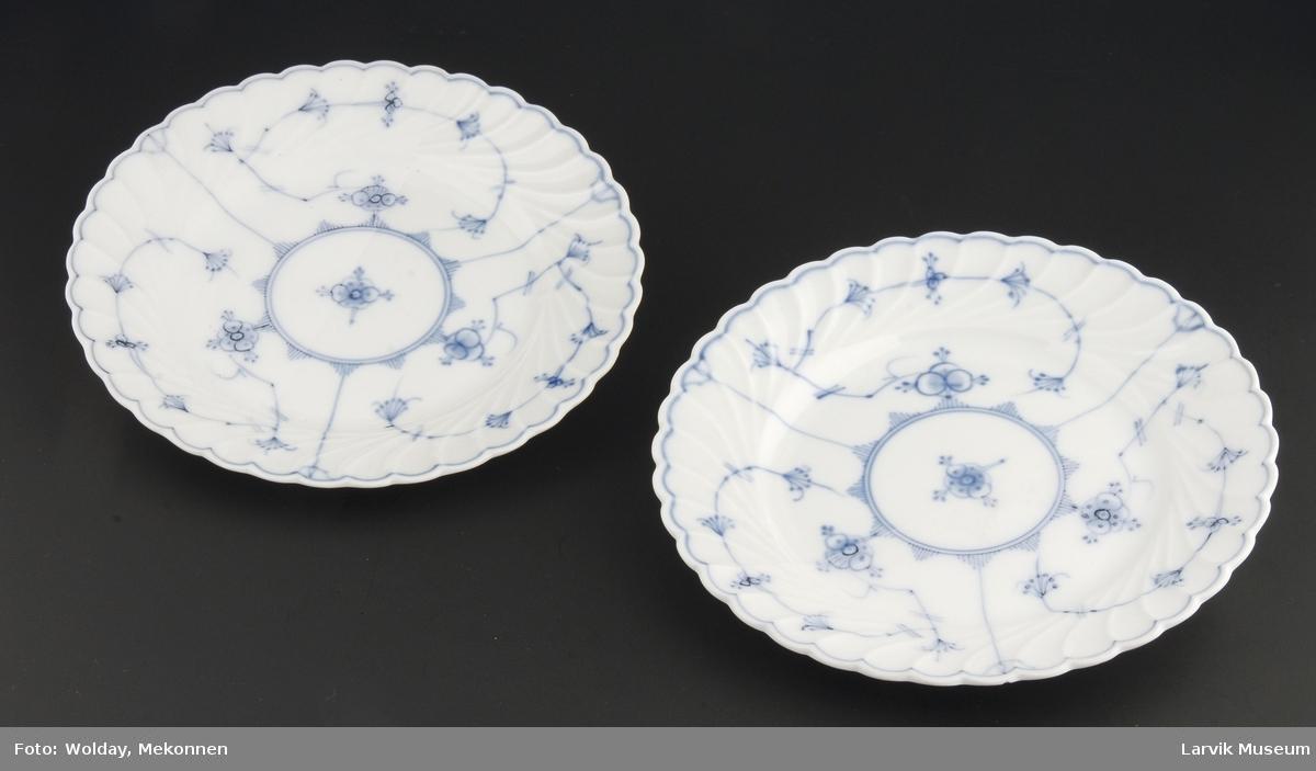 Asjettene er trolig demonstrasjonseksemplar fra Porsgrunn Porselen, de har kun glasur på halve asjetten - den andre vises med påmalt stråmønster uten glasur