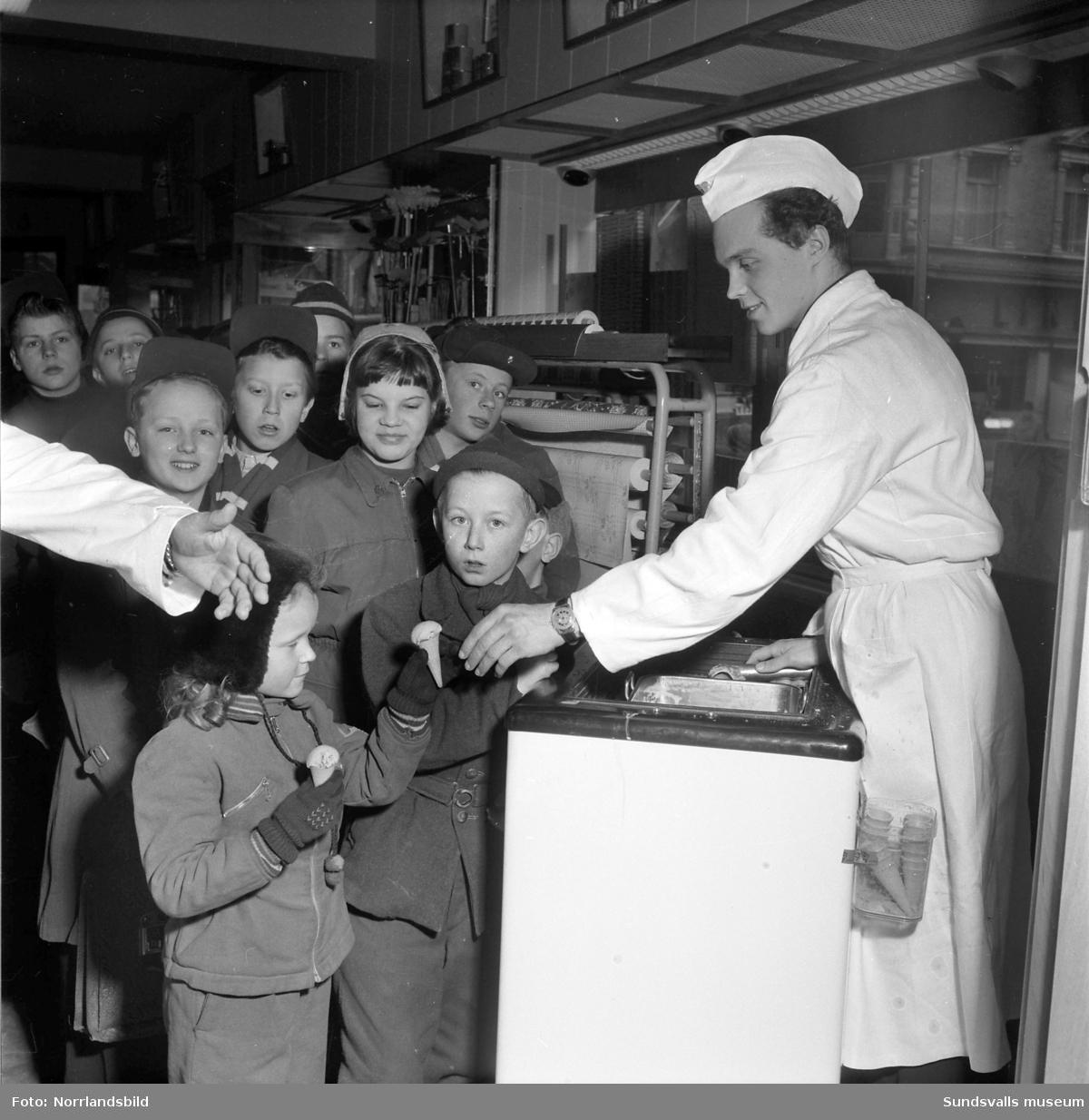 Glassutdelning till barn på Strömbergs färghandel.