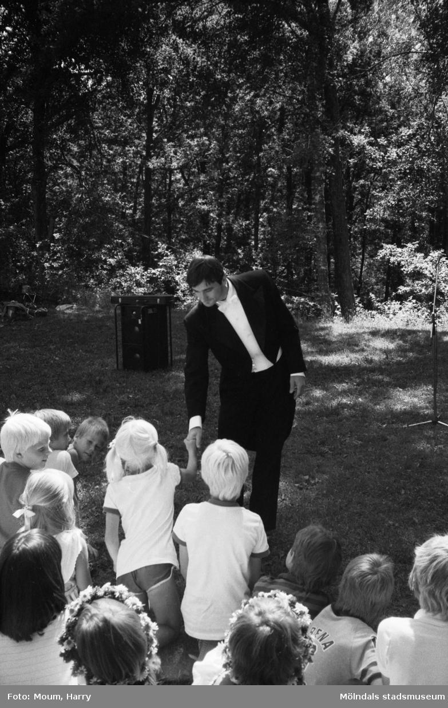 Midsommarfest i Bunketorp, Lindome, dagen före midsommarafton, år 1983.  För mer information om bilden se under tilläggsinformation.