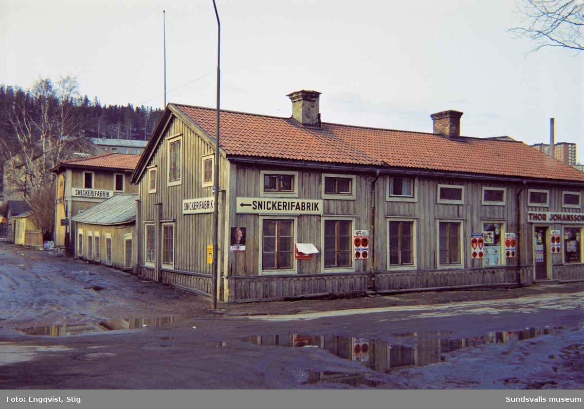 Skepparegatan 10-12, med Thor Johanssons livsmedelsbutik längst till höger. Till vänster Malmskillnadsgatan med snickerifabriken.