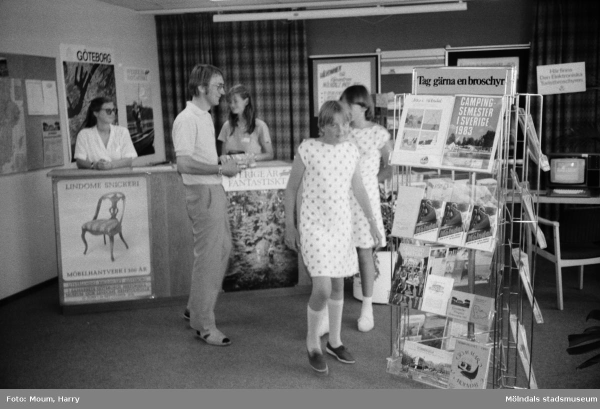 Turistbyrå i Esso Motorhotells byggnad vid Åbro industriområde i Mölndal, år 1983.  Fotografi taget av Harry Moum, HUM, Mölndals-Posten, vecka 28, år 1983.